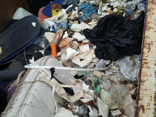 (Galería de fotos) Retiran kilos de basura del litoral de Sant Lluís y Es Mercadal