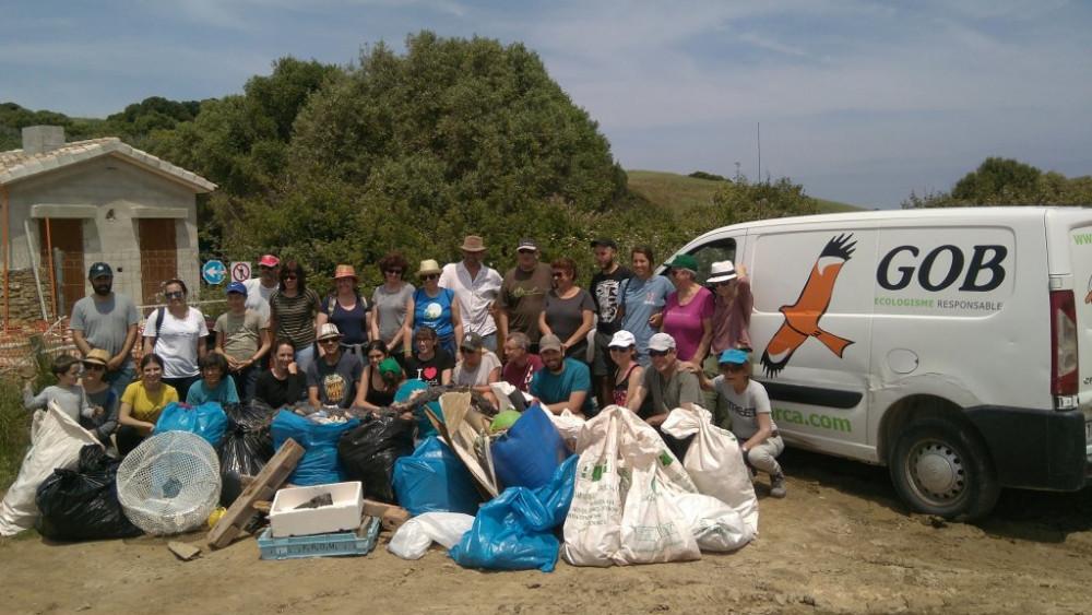Los voluntarios, tras la retirada de plásticos (Fotos: GOB Menorca)