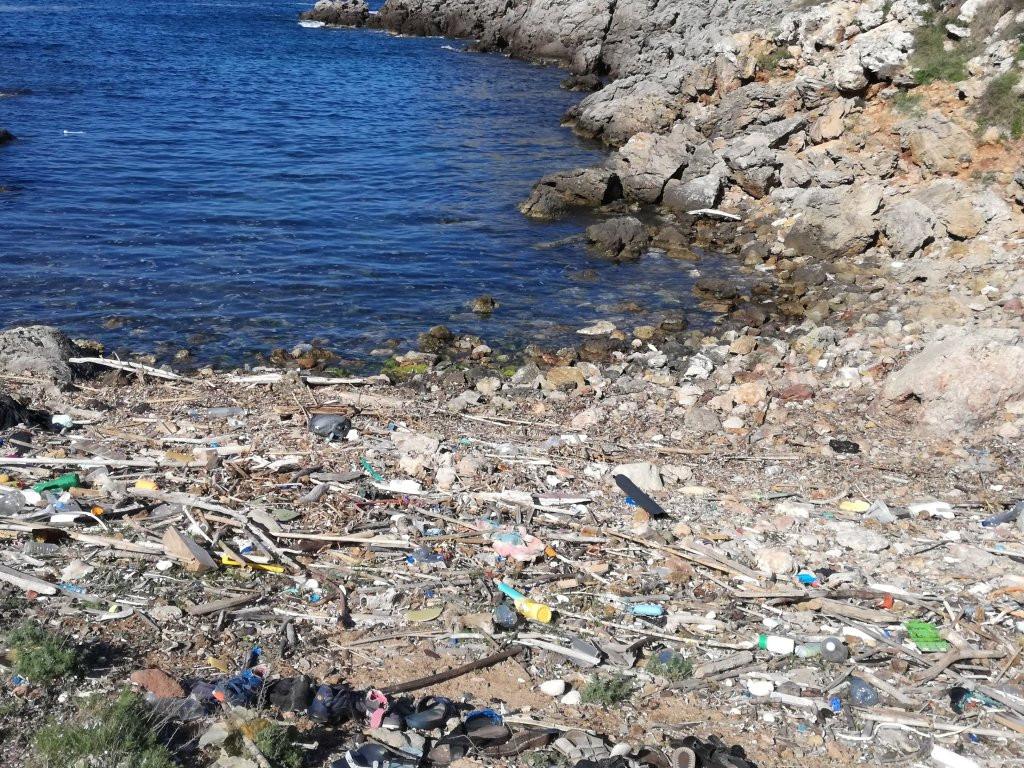 Los voluntarios del GOB limpiaran el litoral de la zona de Cavalleria de los plásticos que llegan a la costa. Foto: GOB Menorca