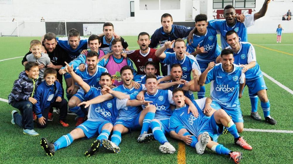 Los jugadores, celebrando el título (Fotos: Tolo Mercadal)