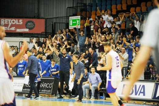 La afición celebra una canasta en un partido de fase regular (Foto: Tolo Mercadal)