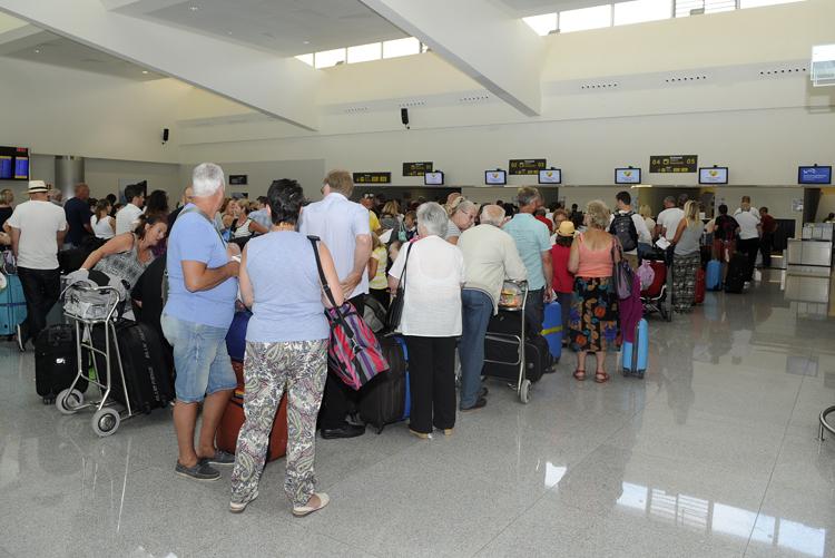 Afluencia de pasajeros en el aeropuerto de Menorca.