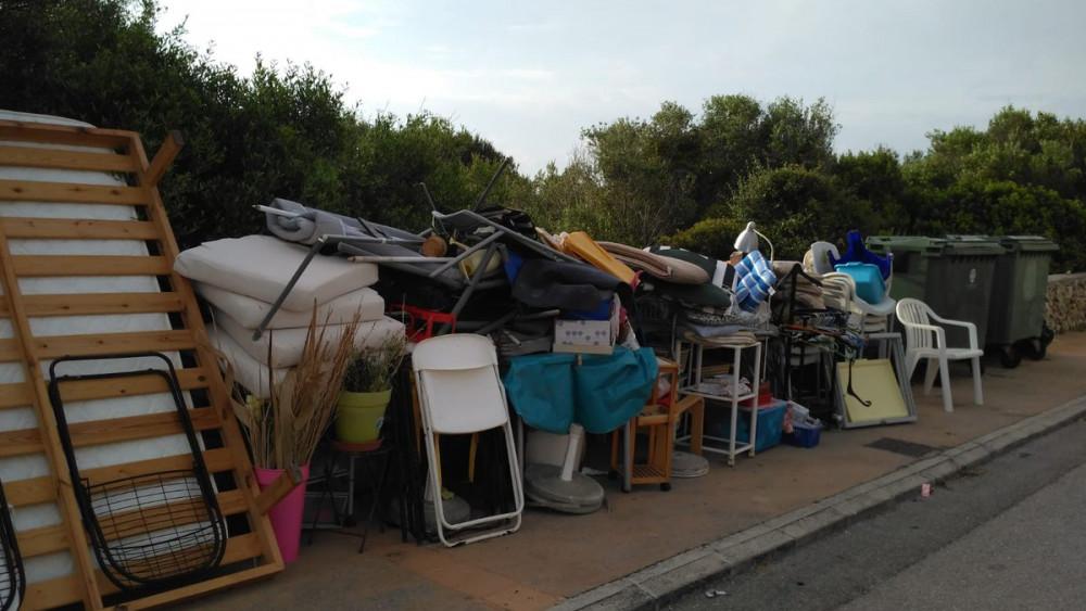 Mobiliario de una vivienda el pasado sábado en Binidalí (Fotos: @Rafa_d_Menorca)