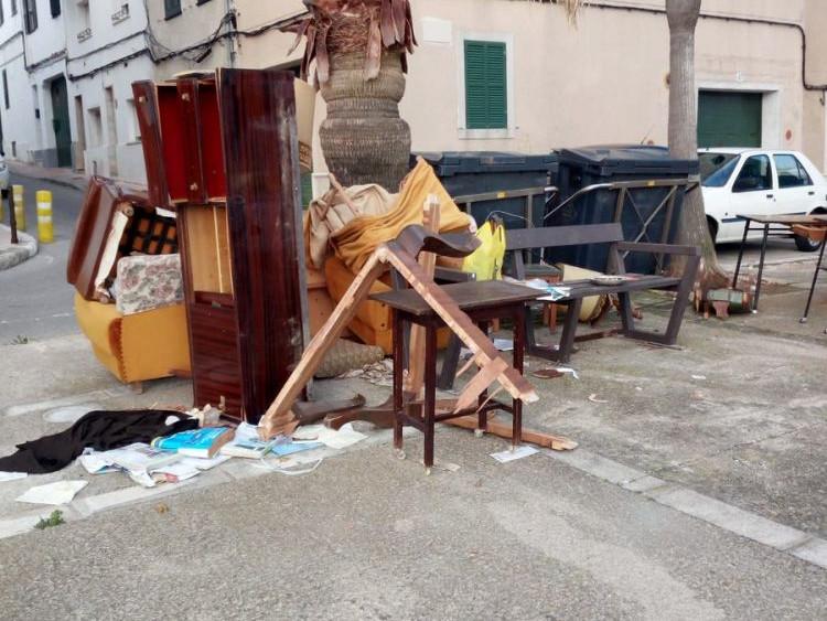 Muebles junto a los contenedores en Maó.