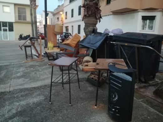 (Galería de fotos) Sofás, muebles, camas… la lucha contra el incivismo en Maó