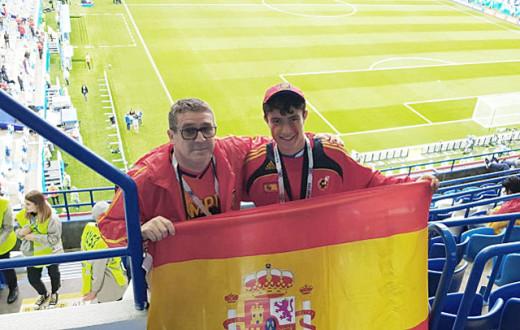 Juan Bravo, anoche en Kaliningrado junto a su hijo viendo a la selección.