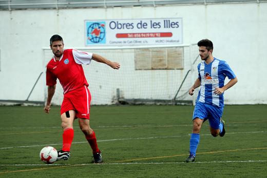 Miquel Capó desplaza el balón en el partido de ida (Foto: deportesmenorca.com)