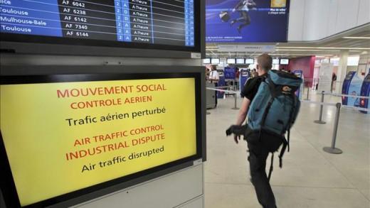 Panel de salidas en un aeropuerto galo.