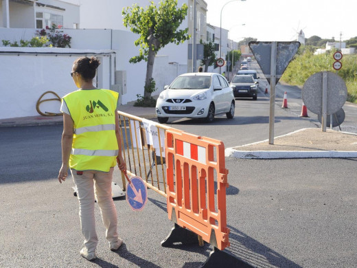 (Galería de fotos) Atascos y largas colas por el asfaltado de la carretera Maó-Es Castell