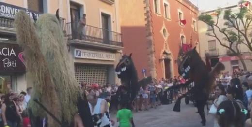 El pasacalles de las fiestas de Valls, Tarragona, homenajea el jaleo de Ciutadella. Foto y vídeo: Laia Esteve, @laesna