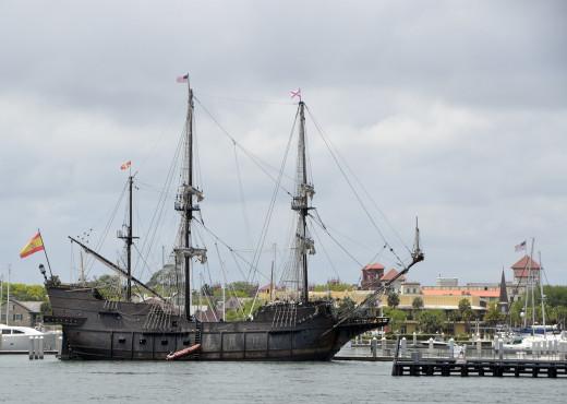 Réplica de un barco antiguo frente a la costa de San Agustín