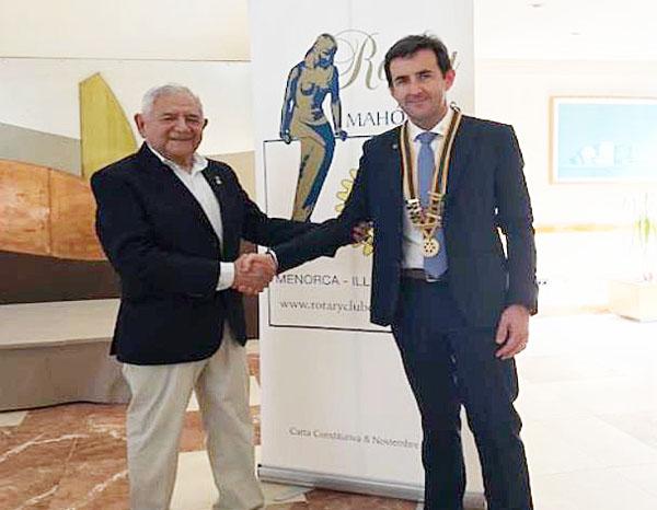 Imagen del nuevo presidente de los rotarios en Menorca acompañado del saliente.