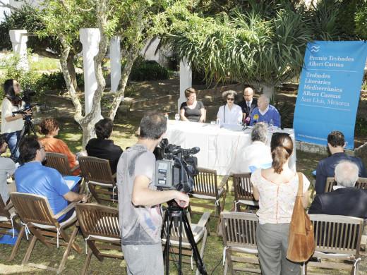 Mona Hamout recoge el primer Premi Trobades Albert Camus