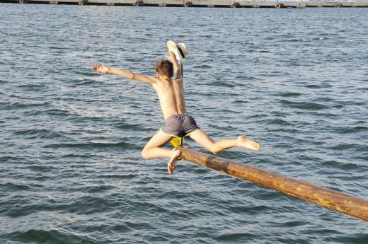 """Un joven en el """"joc del capellet"""" (Foto: Tolo Mercadal)es-capellet-festa-de-sant-pere"""