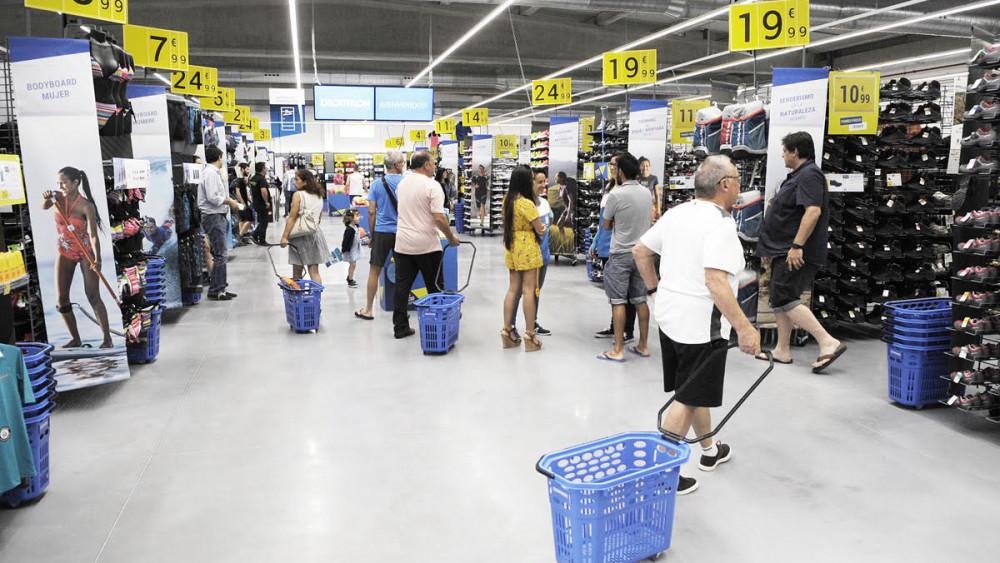 d30fa770d Numerosos menorquines se han acercado a la inauguración de la tienda  Decathlon en Maó. Fotos