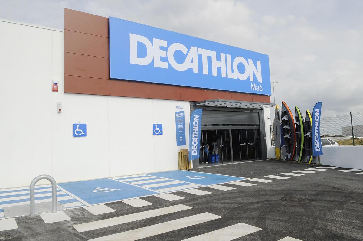 0cc9bdaa9 Numerosos menorquines se han acercado a la inauguración de la tienda  Decathlon en Maó. Fotos: Tolo Mercadal