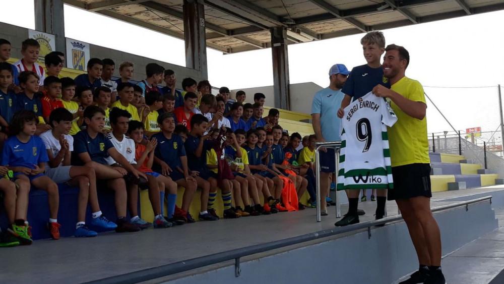 Enrich ha sorteado una camiseta del Eibar (Fotos: Pep Sastre)