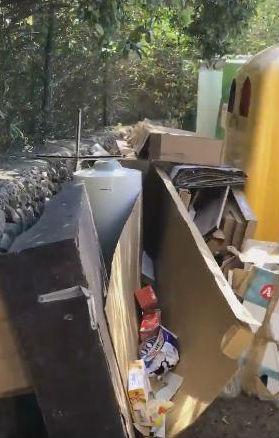 Imagen de los trastos acumulados en el punto de reciclaje (Foto: Tomeu Mir)