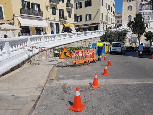 La zona se ha vallado para evitar el paso de peatones (Foto: Ajuntament de Maó)
