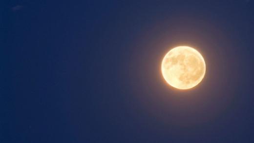 A la luz de la luna.