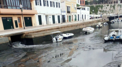 "El puerto de Ciutadella tras la ""rissaga"" del lunes (Foto: J.L. Seguí)"