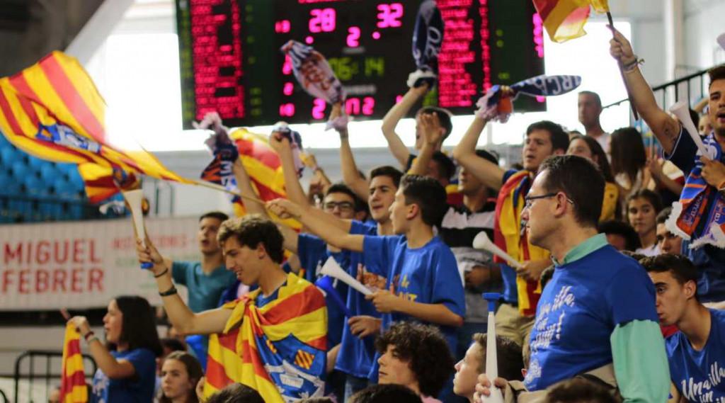 Aficionados apoyando al equipo en un partido (Foto: Bàsquet Menorca)