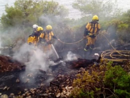Fuego en Cala Galdana