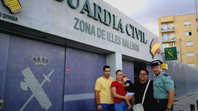 El Guardia Civil, junto a la familia.