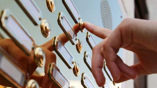 Según datos de la dirección general de Consumo, cada año se tramitan un centenar de reclamaciones de usuarios por pagos a domicilio fraudulentos.
