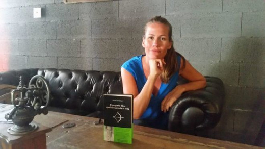 María Fernández, mostrando su nuevo libro.