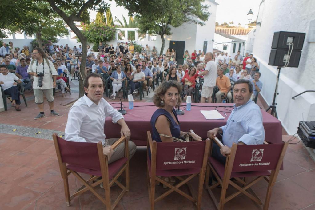 Teresa Ribera, junto a Marc Pons y Xisco Ametller en un acto celebrado este verano en Menorca (Fotos: Karlos Hurtado)