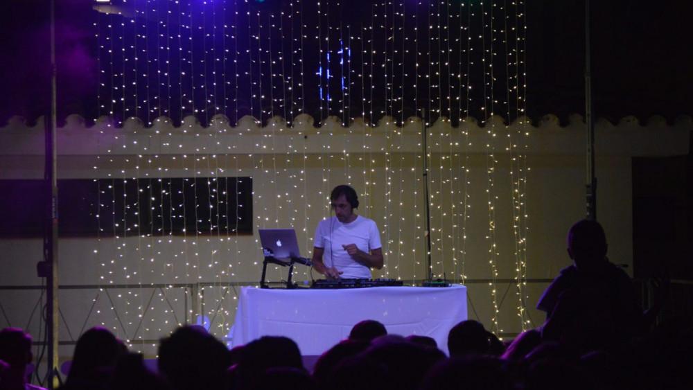 Dj Kike Sastre, en un momento de la fiesta (Fotos: CCE Sant Lluís)