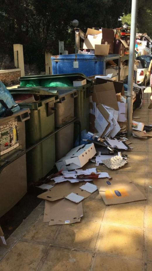 Imagen de los cartones y la basura en el suelo (Foto: @joaan22)