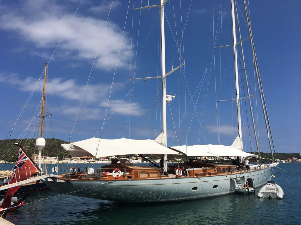 Imagen del velero atracado en el puerto (Foto: Tolo Mercadal)