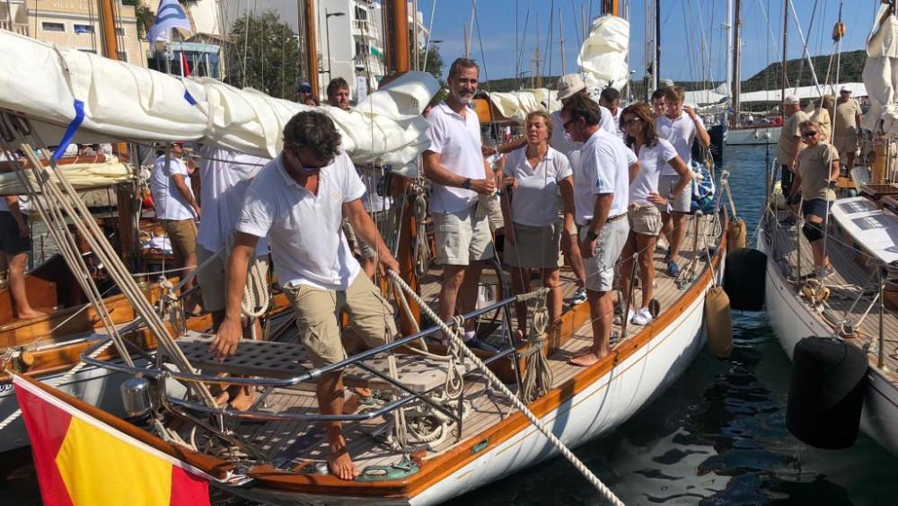 Felipe VI, en la embarcación (Fotos: Tolo Mercadal)