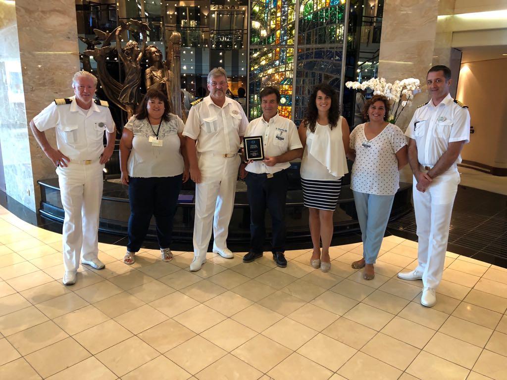 Los representantes de Ciutadella entregaron una placa conmemorativa al capitán del crucero.