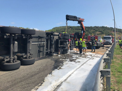 (Fotos y vídeo) Aparatoso accidente de un camión