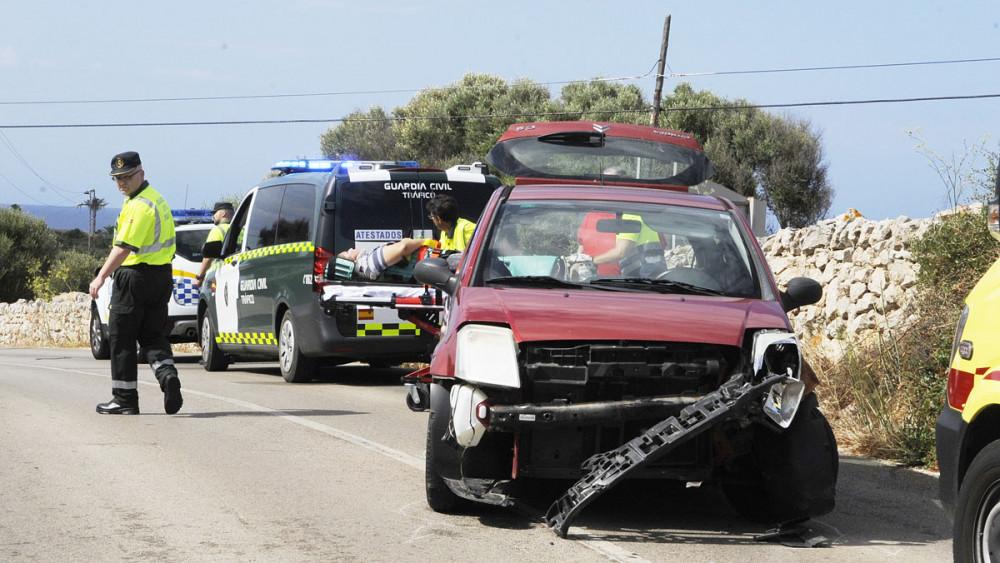 Coche accidentado en la carretera de Binibeca