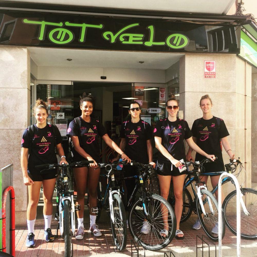 Algunas de las jugadoras, con sus nuevas bicicletas.