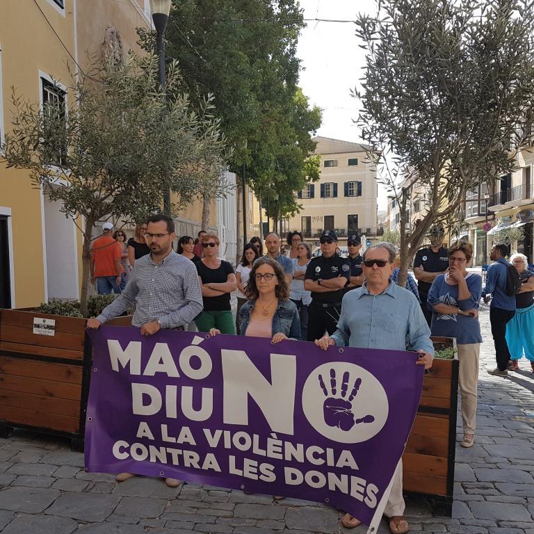 Concejales de PSOE y Ara Maó encabezaron la concentración frente al ayuntamiento.
