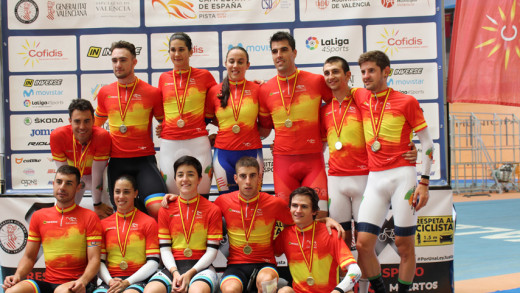 Torres, a la izquierda, junto al resto de medallistas.