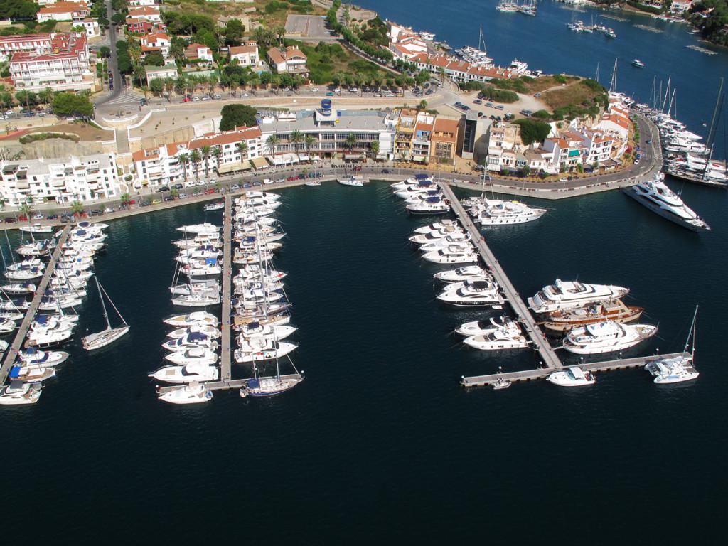 Barcos en el puerto de Maó.