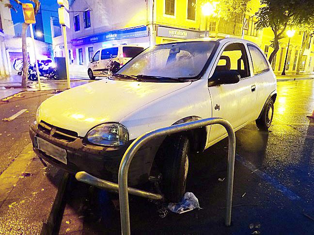 Imagen del coche accidentado (Foto: Policía Local de Ciutadella)