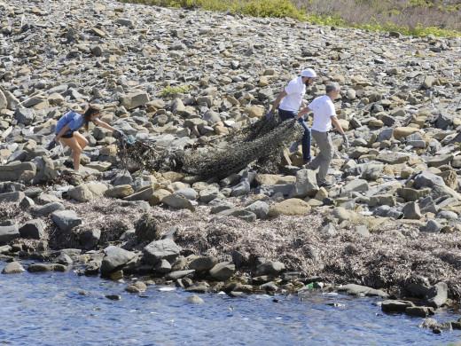 (FOTOS Y VÍDEO) La Reina Doña Sofía participa en la limpieza de plásticos en el puerto de Maó