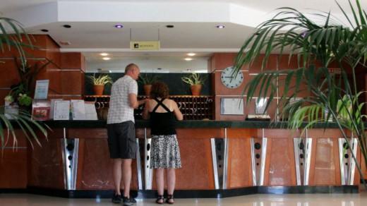 Turistas en la recepción de un hotel.