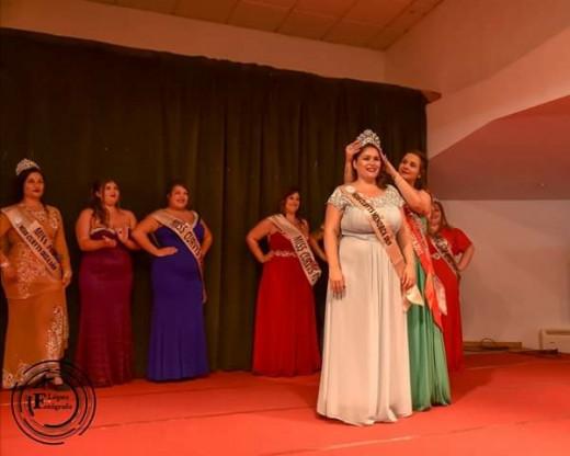 "Esther, con la corona tras ser nombrada ""Miss Curvys Menorca""."