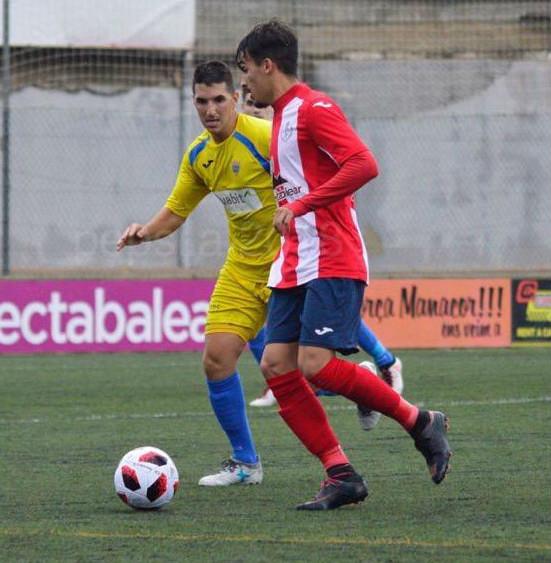 Robert Pulido persigue a un rival (Fotos: Pep Sila para futbolbalear.es)