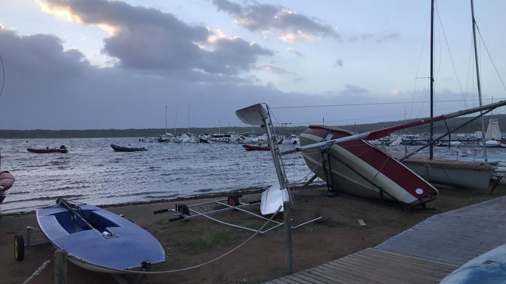 Un barco afectando por el viento (Fotos: @Meteo_Menorca)