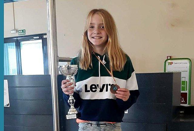 Anglada, con los trofeos (Fotos y texto: deportesmenorca.com)