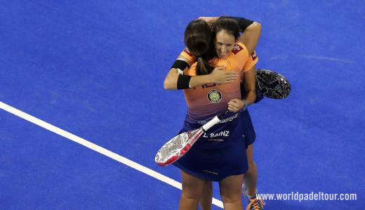Triay y Sainz se abrazan tras el triunfo.